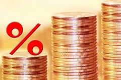 O símbolo dos por cento no fundo do dinheiro Imagens de Stock Royalty Free