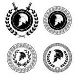 O símbolo um capacete espartano é emitido por um ornamento no estilo grego ilustração royalty free