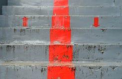 O símbolo vermelho para cima e para baixo na obscuridade - fase cinzenta, seta vermelha Fotografia de Stock Royalty Free