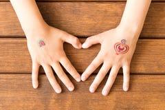 O ` s da menina coração-deu forma às mãos em uma tabela de madeira Conceito de l fotos de stock