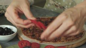 O ` s da mulher entrega o close up que prepara produtos para a pizza e que prepara os para cozer vídeos de arquivo