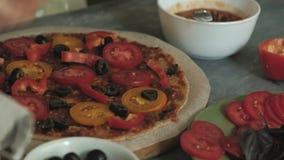 O ` s da mulher entrega o close up que prepara produtos para a pizza e que prepara os para cozer video estoque