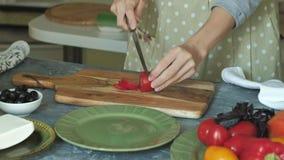 O ` s da mulher entrega o close up que prepara produtos para a pizza e que prepara os para cozer filme