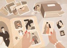 O ` s da mulher entrega guardar fotografias velhas, a classificação delas para fora e a união às páginas do livro fotográfico do  ilustração royalty free