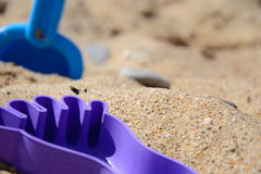 O ` s das crianças ajustou-se para o jogo com a areia no litoral Fotografia de Stock Royalty Free