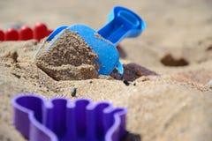 O ` s das crianças ajustou-se para o jogo com a areia no litoral Imagem de Stock Royalty Free