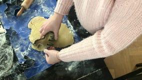 O ` s das crianças entrega a fatura de cookies do Natal do unicórnio vídeos de arquivo