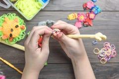 O ` s das crianças entrega ofícios de tecelagem do close up das borrachas coloridas, da educação e do entretenimento Fotos de Stock