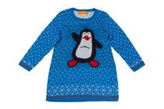 O ` s das crianças fez malha o vestido com um pinguim Isolado no branco Imagens de Stock