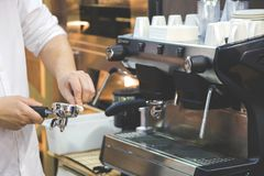 O ` s das mulheres entrega o suporte limpo para a máquina do café fotografia de stock
