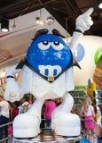 O ` s de M&M golpeia uma pose um caráter do ` s de John Travolta do la no movi Imagem de Stock Royalty Free