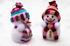 O ` s do ano novo brinca - dois bonecos de neve na neve Fotos de Stock