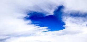 O ` s do céu deu forma no coração pela nuvem foto de stock