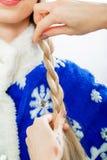 O ` s do estilista entrega a trança das tranças para a donzela da neve fotos de stock royalty free