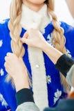 O ` s do estilista entrega a trança das tranças para a donzela da neve fotografia de stock royalty free