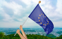 O ` s do homem novo entrega orgulhosamente a ondulação da bandeira da União Europeia no céu, rendição da parte 3D Imagem de Stock