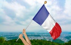 O ` s do homem novo entrega orgulhosamente a ondulação de França bandeira nacional no céu, rendição da parte 3D Imagens de Stock
