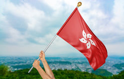 O ` s do homem novo entrega orgulhosamente a ondulação de Hong Kong bandeira nacional no céu, rendição da parte 3D Imagem de Stock