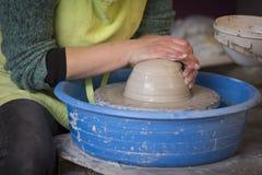 O ` s do oleiro entrega a fatura de um potenciômetro de argila na cerâmica imagens de stock royalty free