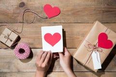 O ` s do Valentim decorou a caixa de presente sobre o fundo de madeira Vista de Imagens de Stock