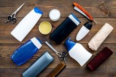 O ` s dos homens ajustou-se para o corpo, o facial e cuidados capilares diários Champô, gel, ferramentas para escovar, sciccors,  imagem de stock