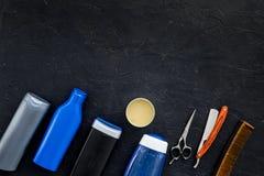 O ` s dos homens ajustou-se para o corpo, o facial e cuidados capilares diários Champô, gel, ferramentas para escovar, sciccors,  foto de stock
