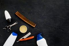 O ` s dos homens ajustou-se para o corpo, o facial e cuidados capilares diários Champô, gel, ferramentas para escovar, sciccors,  fotos de stock royalty free
