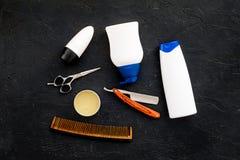 O ` s dos homens ajustou-se para o corpo, o facial e cuidados capilares diários Champô, gel, ferramentas para escovar, sciccors,  fotos de stock