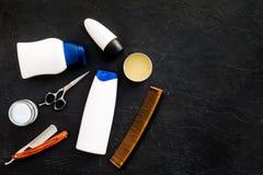 O ` s dos homens ajustou-se para o corpo, o facial e cuidados capilares diários Champô, gel, ferramentas para escovar, sciccors,  imagens de stock