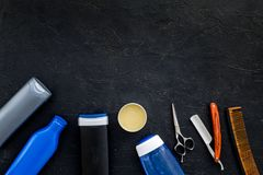 O ` s dos homens ajustou-se para o corpo, o facial e cuidados capilares diários Champô, gel, ferramentas para escovar, sciccors,  foto de stock royalty free