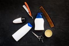 O ` s dos homens ajustou-se para o corpo, o facial e cuidados capilares diários Champô, gel, ferramentas para escovar, sciccors,  imagens de stock royalty free