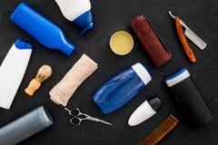 O ` s dos homens ajustou-se para o corpo, o facial e cuidados capilares diários Champô, gel, ferramentas para escovar, sciccors,  fotografia de stock royalty free