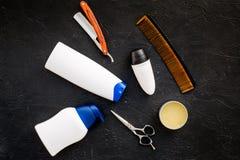 O ` s dos homens ajustou-se para o corpo, o facial e cuidados capilares diários Champô, gel, ferramentas para escovar, sciccors,  imagem de stock royalty free