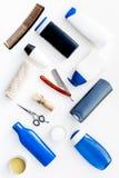 O ` s dos homens ajustou-se para o corpo, o facial e cuidados capilares diários Gel do champô, ferramentas para escovar, sciccors foto de stock