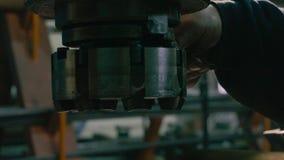 O ` s dos homens entrega o parafusamento do cortador de trituração video estoque