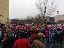 O ` s março das mulheres em Washington, protestadores recolhe perto do Museu Nacional do indiano americano, Washington, C.C., EUA Fotografia de Stock Royalty Free