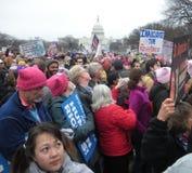 O ` s março das mulheres, inaugura a resistência, os sinais originais e os cartazes, jovens mulheres, Capitólio dos E.U., alameda Imagem de Stock