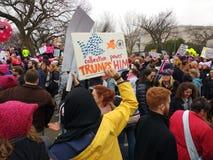 O ` s março das mulheres, trunfos do poder coletivo ele, protestadores reagrupa contra o presidente Donald Trump, Washington, C.C Fotografia de Stock Royalty Free