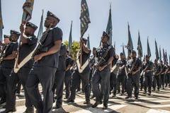 O SA areja Forcemarches na formação, em rifles levando e em bandeiras Imagens de Stock
