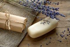 O sabão da alfazema com alfazema secada floresce em um fundo de madeira Imagens de Stock Royalty Free