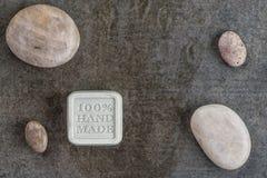 O sabão feito a mão com as pedras no fundo preto, o produto dos cosméticos e o corpo importam-se Imagem de Stock