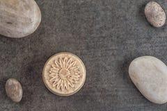 O sabão feito a mão com as pedras no fundo preto, o produto dos cosméticos e o corpo importam-se Imagens de Stock
