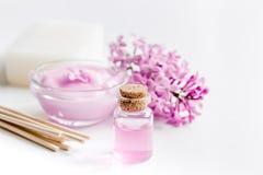 O sabão orgânico, creme, extrato no cosmético lilás ajustou-se com as flores no fundo branco da tabela Fotos de Stock