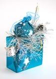 O saco azul com Natal brinca no fundo branco Fotos de Stock Royalty Free