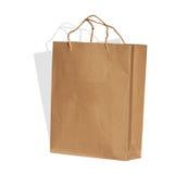 O saco de compras do papel marrom no fundo branco Imagens de Stock
