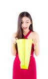 O saco de papel asiático feliz da abertura da mulher, fêmea está olhando uma compra foto de stock