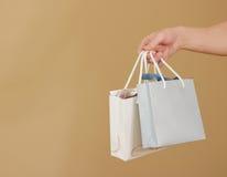 O saco de papel do presente da placa dois com corações zomba acima de guardar à disposição em Foto de Stock Royalty Free