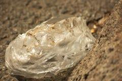 O saco de plástico sujo polui o ambiente imagens de stock royalty free