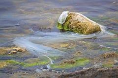 O saco de pl?stico, o lixo e as garrafas do polietileno jogam em terra o mar pl?stico N?o-recicl?vel eventualmente para quebrar a imagem de stock royalty free