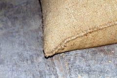O saco do arroz, arroz despede velha, pilha de sacos do arroz no assoalho de madeira foto de stock